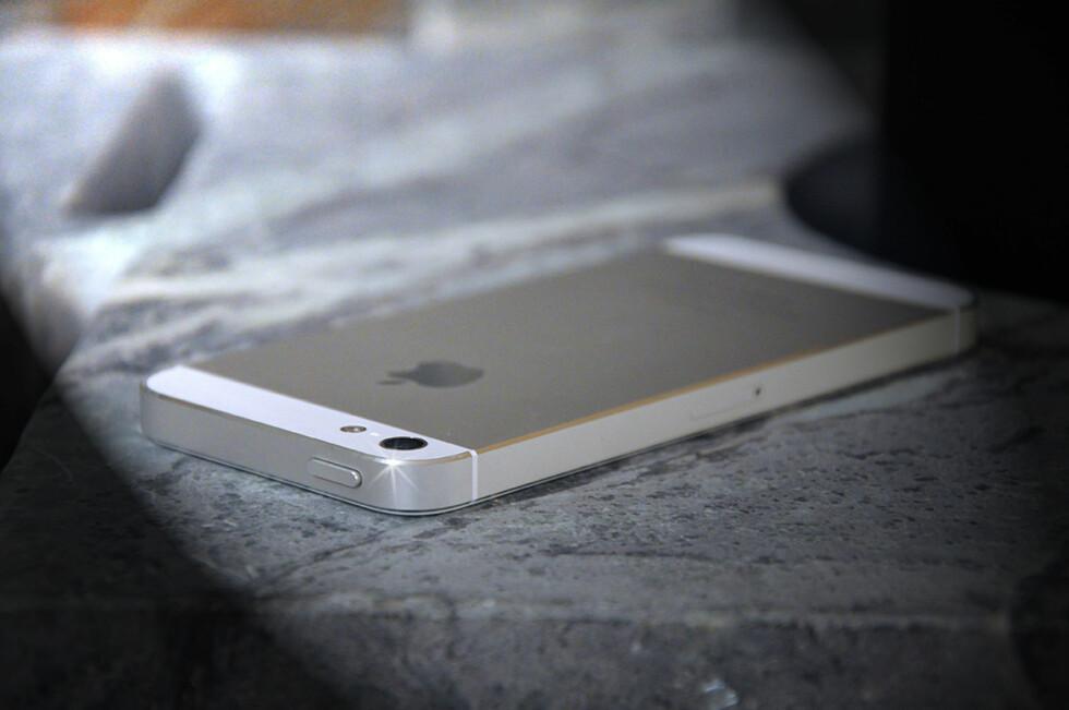 Baksiden består av aluminium og glass og gir iPhone 5 et premium-inntrykk ingen andre kan skilte med. Foto: PÅL JOAKIM OLSEN