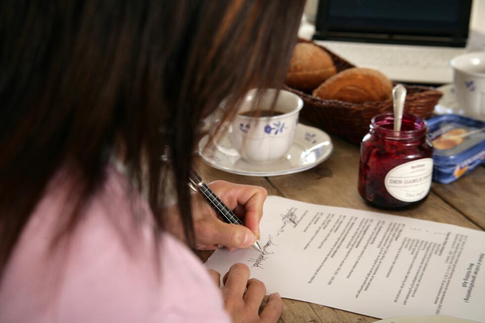 Endelig skal låneavtalen følges av kortfattet informasjon, om blant annet effektiv rente. Foto: Colourbox.com