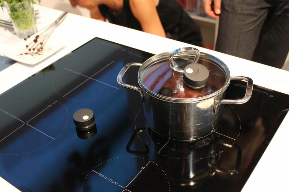 Gorenjes IQcook-system består av en induksjonstopp og en sensor som festes til lokket på gryten din.(Sensoren midt på koketoppen ligger bare der til demonstrasjon, den har ingen funksjon.) Foto: Elisabeth Dalseg