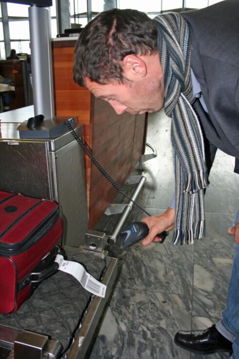 Du skanner selv din egen koffert, før den sendes avgårde. Foto: Berit B. Njarga