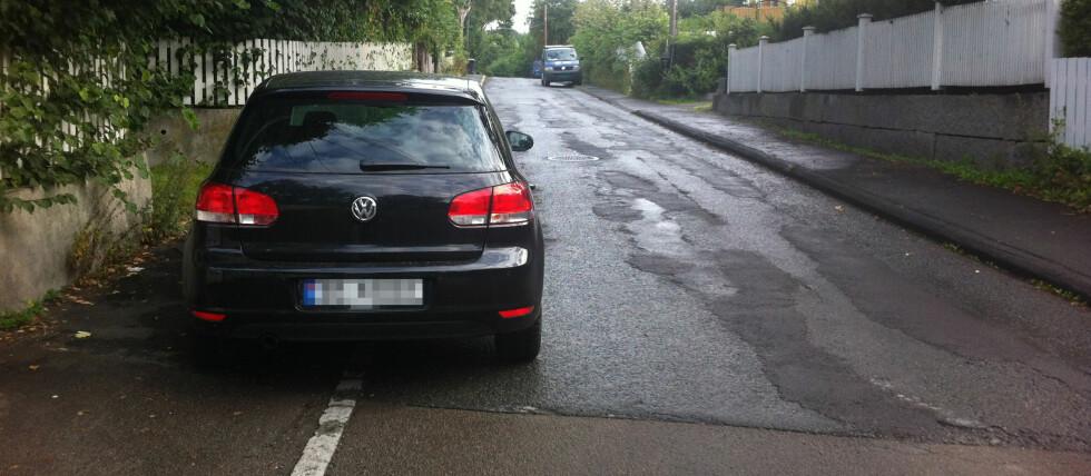 Smal gate, og bilistene tenker nok de tar hensyn ved å parkere inn på fortauet. Foto: Karoline Brubæk
