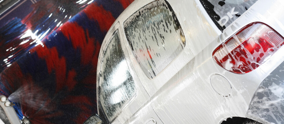 BILVASK: De fleste vasker bilen sjeldnere enn en gang i måneden, og det er liten forskjell på maskinvask eller håndvask: Vi gidder ikke uansett. Foto: Colourbox.com