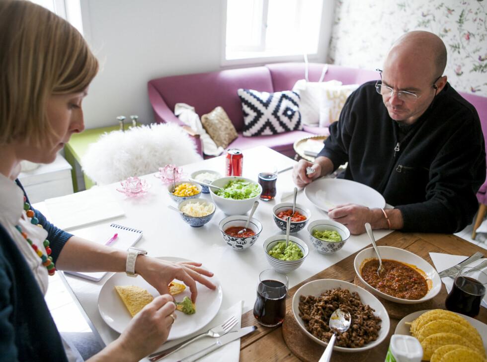 DinSide og Jørgen O. Grann tester de forskjellige tacotypene. Foto: Per Ervland