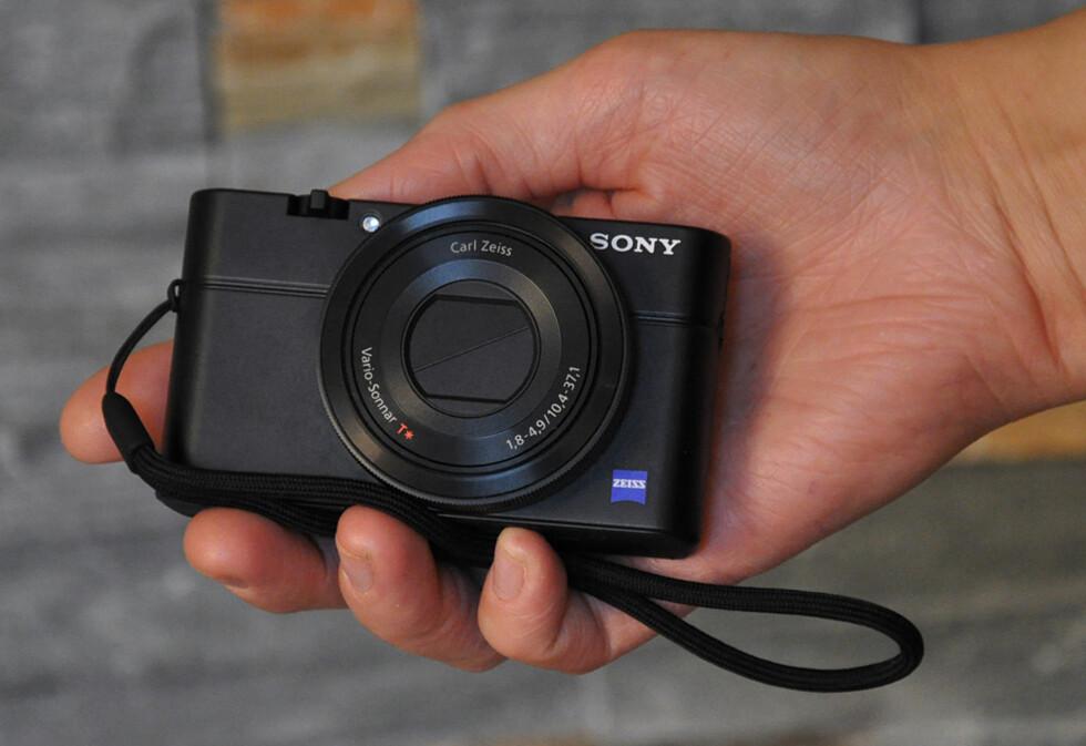 Det bygger riktignok litt i dybden, men Sony RX100 har et lite fotavtrykk og får god plass i håndflaten.