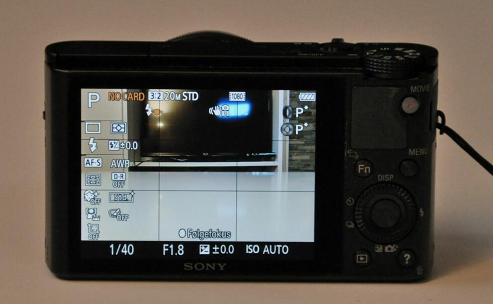 Du kan vise mye informasjon på skjermen, og RX100 har i tillegg et elektronisk vater som forteller deg om du holder kameraet vannrett (ikke på bildet).