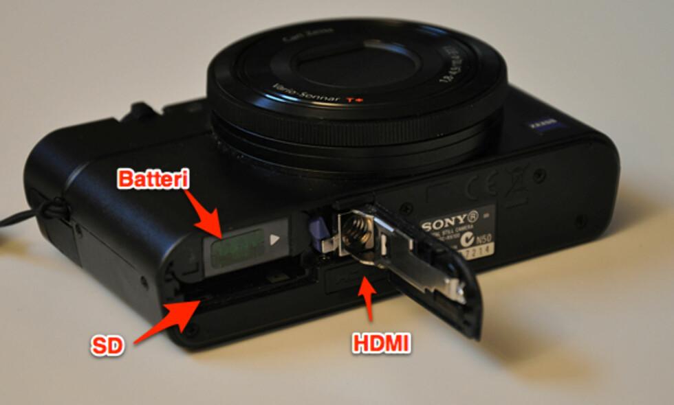 I bunnen av RX100 finnes ei luke der batteriet og minnekortet ligger gjemt. HDMI-utgang finnes også i bunnen, slik at du kan koble kameraet direkte til en TV.