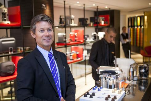 Kristen Hovland i Nespressos butikk på Egertorget i Oslo. Til høyre kan du se deres nye kaffemaskin Maestro. Foto: Per Ervland