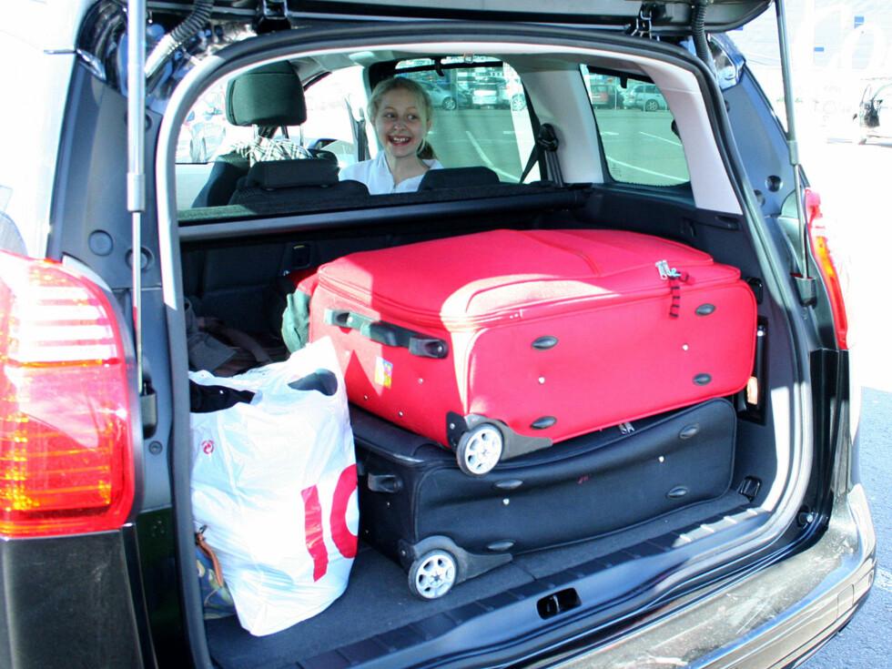 Klar til å dra, på Hjortneskaien i Oslo: All familiens bagasje nedenfor vinduskarmene - og,ja: Det ligger bag-er bak de store koffertene. Foto: Knut Moberg