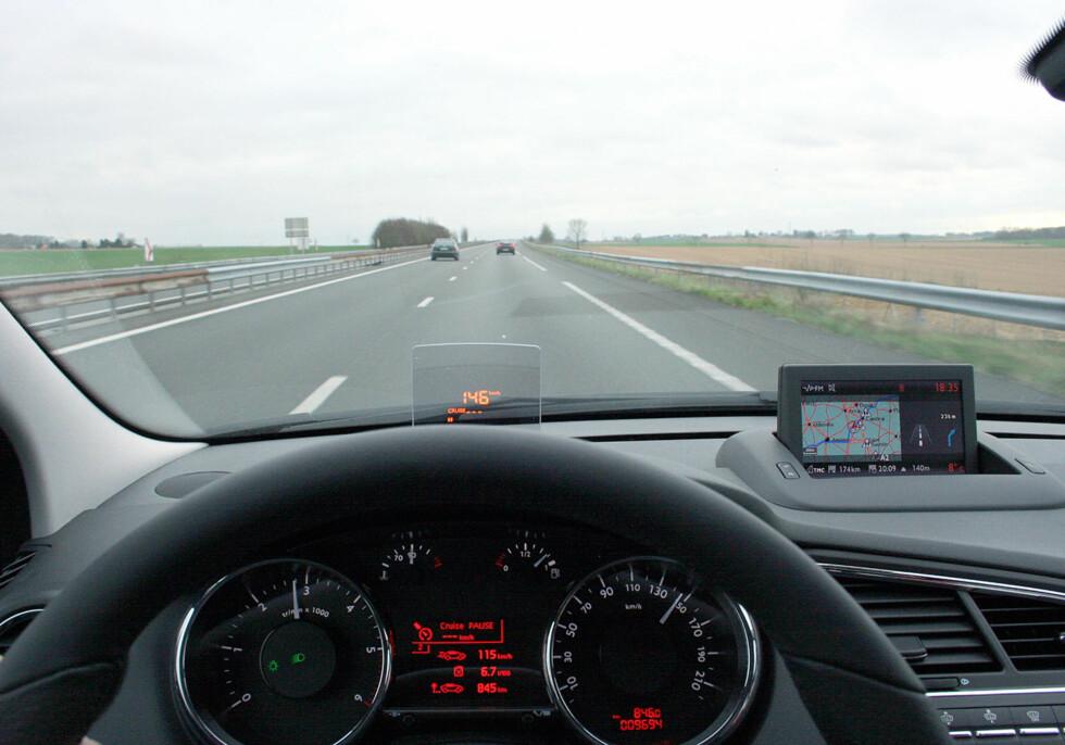 5008 oppfører seg stabilt og trygt på de lange motorvei-etappene. HUD-en (Head-up Display eller synsfelt-projisert informasjon er et praktisk hjelpemiddel vi nå savner i biler som ikke har det. Foto: Knut Moberg