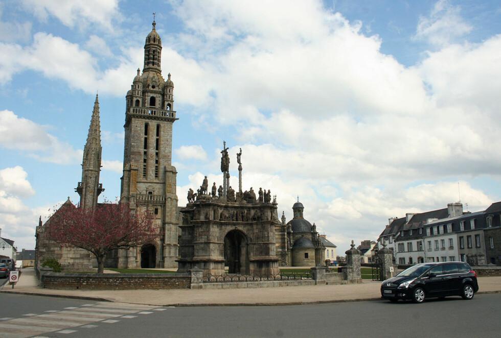 I en småby i Bretagne - vi har glemt navnet på både byen og byggverket - det mangler ikke på slike i omegnen. Noen lesere som kjenner den igjen? Foto: Knut Moberg