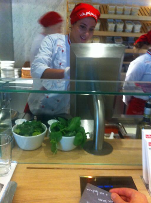 Kokken lager mat - og du registrerer hva du spiser ved å legge kredittkortet du har fått utdelt på skjermen foran kassen. Foto: Elisabeth Dalseg