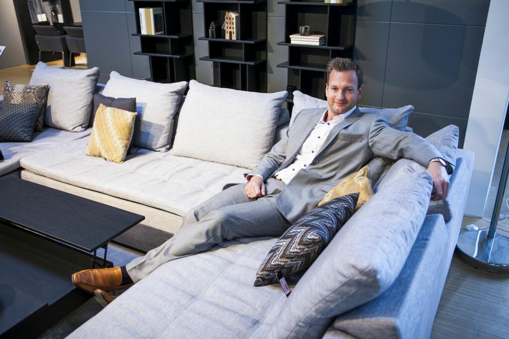 Vi selger stadig flere dype sofaer, fordi folk vil ha plass til både å sitte og ligge, forteller Alexander Egeberg i Skeidar Living Group. Foto: Per Ervland