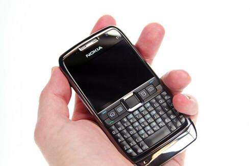 <strong>ØDELAGT:</strong> Det var en slik Nokia E71 som gikk fyken i jakkelommen. Forbrukertvistutvalget mener den er verdt 1.000 kroner.  Foto: Øivind Idsø