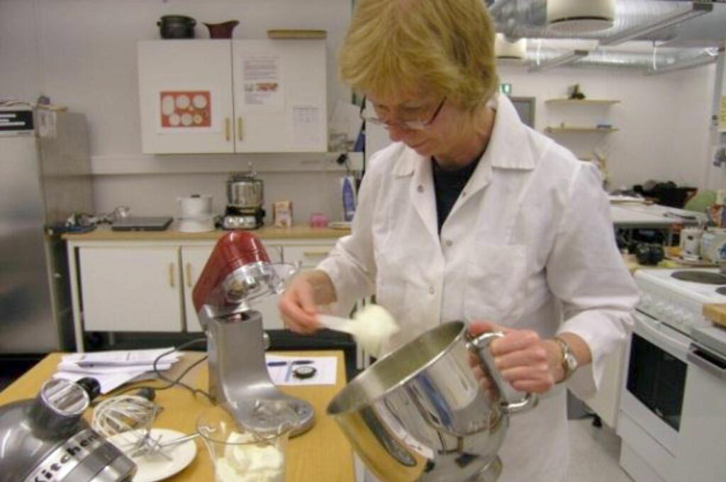 <b>TEST AV KJØKKENMASKINER:</b> SIFO har testet sju kjøkkenmaskiner. Selv om alle presterer, er det likevel forskjeller. Tone Bergh (avbildet) er en av forskerne som har gjort testen.  Foto: SIFO