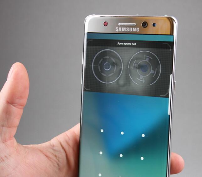 ÅPNE MED ØYNENE: Iris-skanneren på Note 7 er veldig avhengig av at du holder telefonen rett foran ansiktet på riktig avstand. Derfor foretrekker vi heller den gode fingeravtrykksleseren. Foto: Pål Joakim Olsen