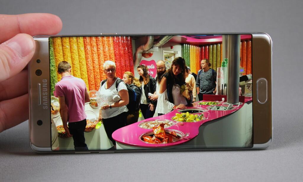FARGERIK: Samsungs AMOLED-skjerm har dypt sortnivå og byr på mye farge. Dette kan du tone ned i innstillingene om det blir for mye av det gode. Foto: Pål Joakim Olsen