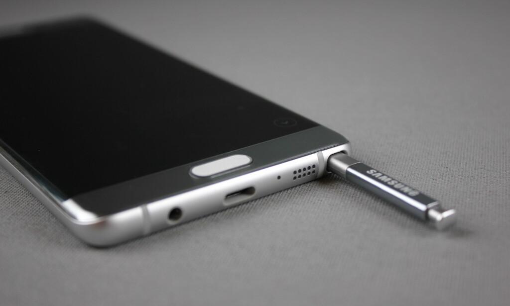 MED PENN: Samsungs Note-serie er tilbake i Norge igjen, og for første gang er den blitt vanntett. Foto: Pål Joakim Olsen