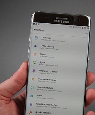 STILRENT: Samsung har kvittet seg med all turkisfargen – nå er Touchwiz hvitt og stilrent. Foto: Pål Joakim Olsen