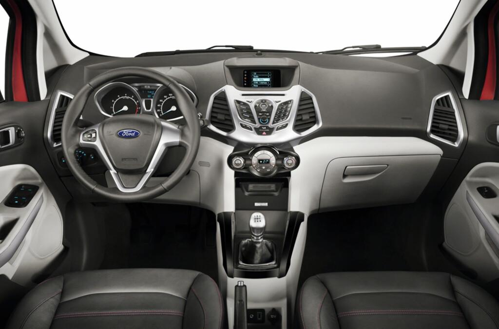 Interiøret i nye Ford EcoSport er gjenkjennbart fra Ford Fiesta, som den deler plattform med. Men EcoSport skal være en del romsligere.  Foto: Ford