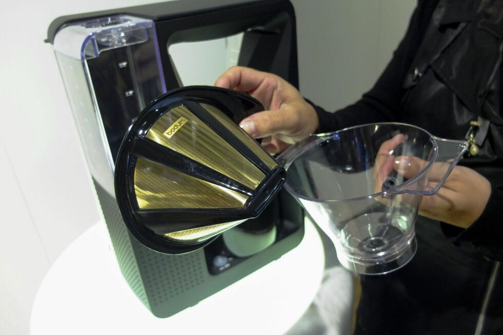 Enklere og billigere: Smart nye kaffetrakter fra Bodum eliminerer bruk av kaffefilter når du skal trakte kaffe. Og det er faktisk laget i vaskeekte gull! Foto: Per Ervland