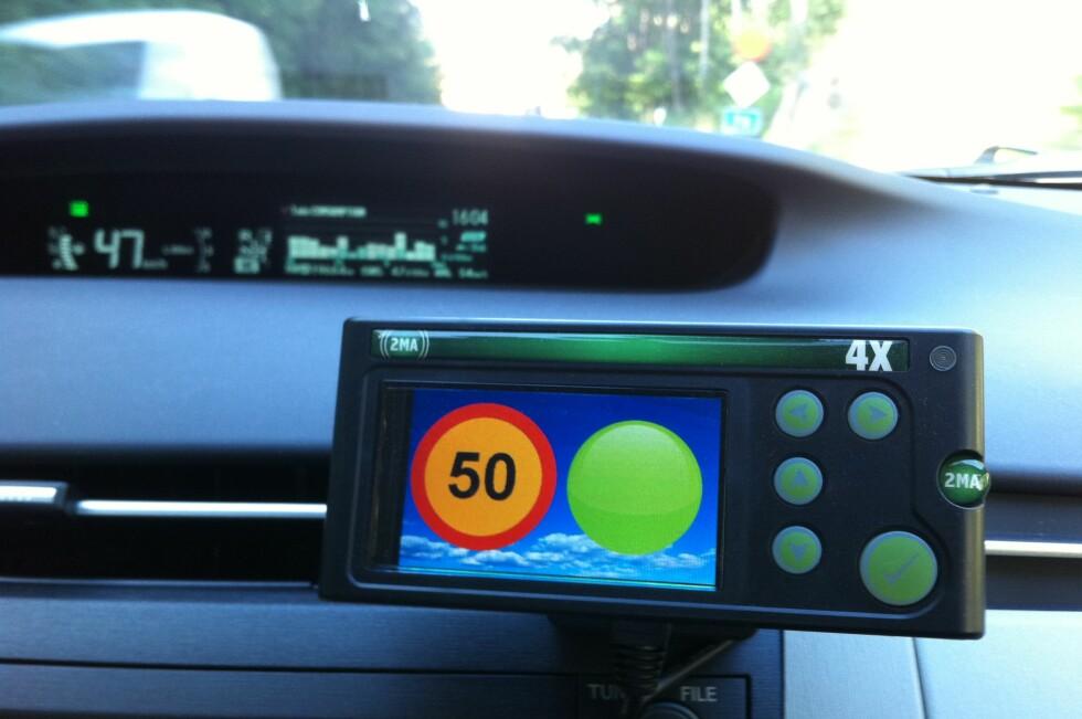 BILLIGERE BILFORSIKRING: Jo mer du holder deg til fartsgrensen, jo mer rabatt får du på forsikringen. Du kan følge med på hvor mye rabatt du har spart opp, ved hjelp at et sanntids-display i bilen. Foto: Folksam