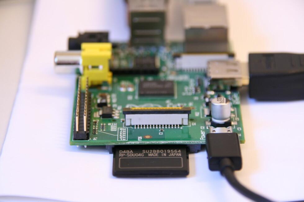 DET NØDVENDIGSTE:  Raspberry Pi er en datamaskin i miniatyr, og selv om den ikke kan gjøre alt, kan den gjøre overraskende mye. Nærmest kamera ser du blant annet minnekortet (midt i bildet), mens micro-USB-kontakten som tar imot USB-laderen er lokalisert til høyre for minnekortleseren. Foto: Øivind Idsø