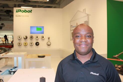 Maurice Leacock viste frem flere nye Roomba-modeller på IFA-messen.  Foto: Elisabeth Dalseg