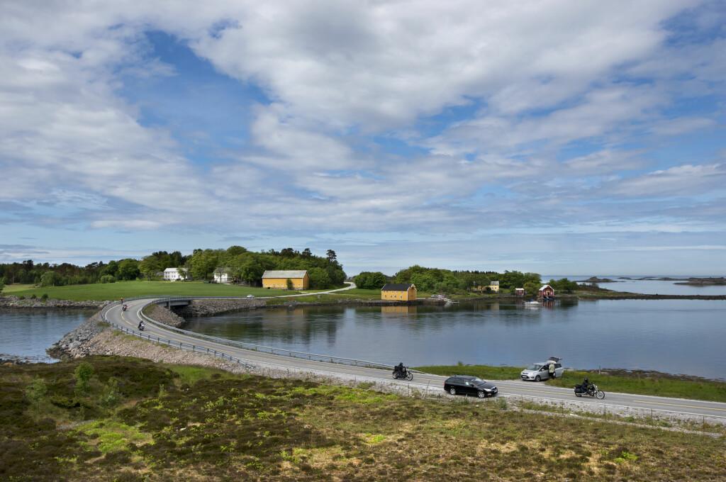 Storseisundbrua er nok mest kjent, men det er mer flott å se langs Atlanterhavsveien. Her fra Store Lauvøysund bru. Foto: Roger Ellingsen/Nasjonale Turistveger