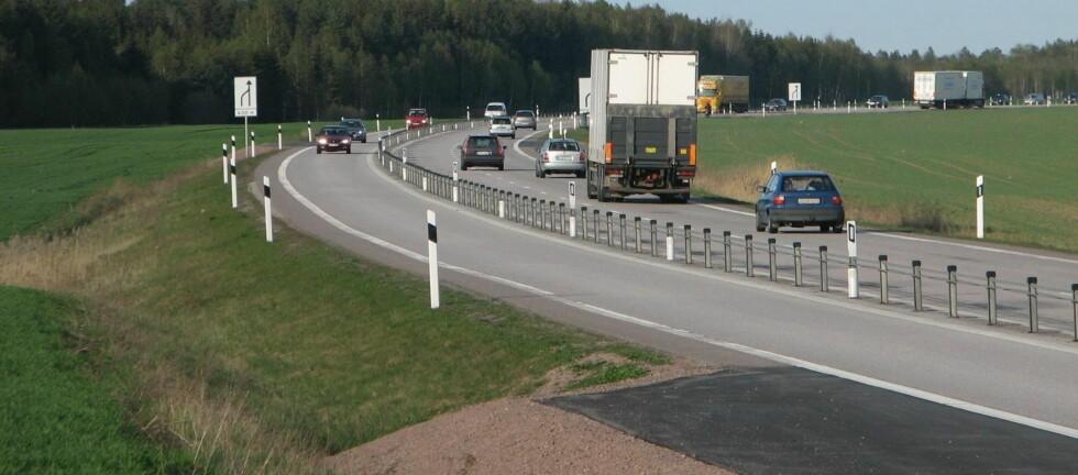 NEI, WIREREKKVERK ER IKKE FARLIGERE: En ny, svensk undersøkelse konkluderer med at wirerekkverk ikke er farligere enn andre stålrekkverk. Foto: Joel Torsson/Wikimedia commons