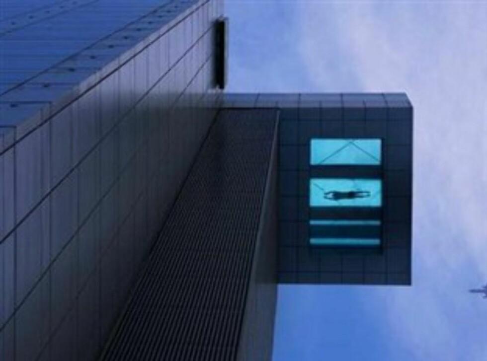 Bassenget som stikker ut på toppen av et 24-etasjers hotell. Foto: Holiday Inn Shanghai Pudong Kangqiao