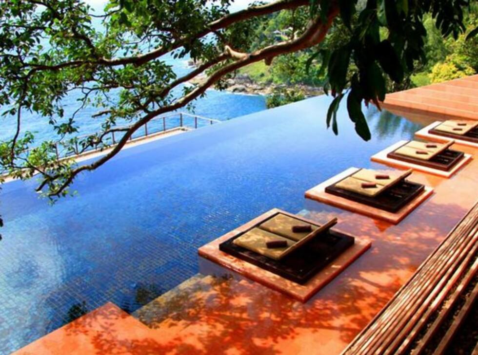 Bassenget hvor du kan du svømme, slappe av og spise samtidig. Foto: Paresa Resort