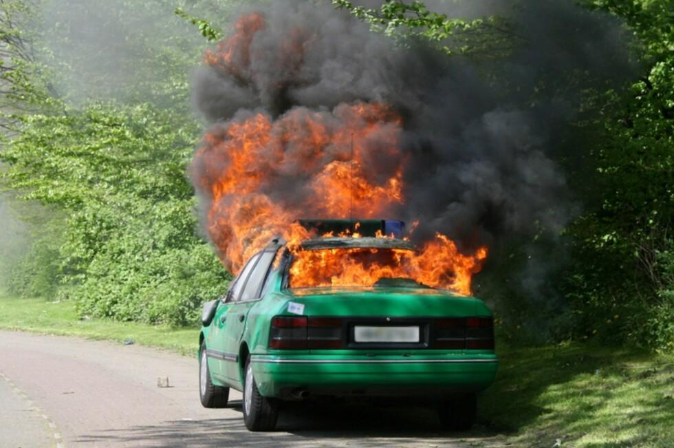 At bilen din skull ta fyr helt av seg selv midt i ødemarken er lite sannsynlig, og noe forsikringsselskapene mener lett avdekkes som svindel. Foto: ALLOVER PRESS