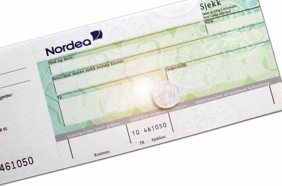 Nordea ser helst at du finner andre betalingsmidler enn sjekken, men den finnes fortsatt. Og det er slett ikke bestemor som er ivrigst. Foto: Nordea