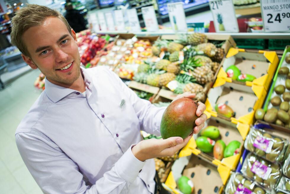 Mango kan være vanskelig å kjenne om er moden, og er du usikker: Spør betjeningen, er Henrik Svees, sjef for ferskvareavdelingen til Ultra Bryn, beste tips. Foto: Per Ervland