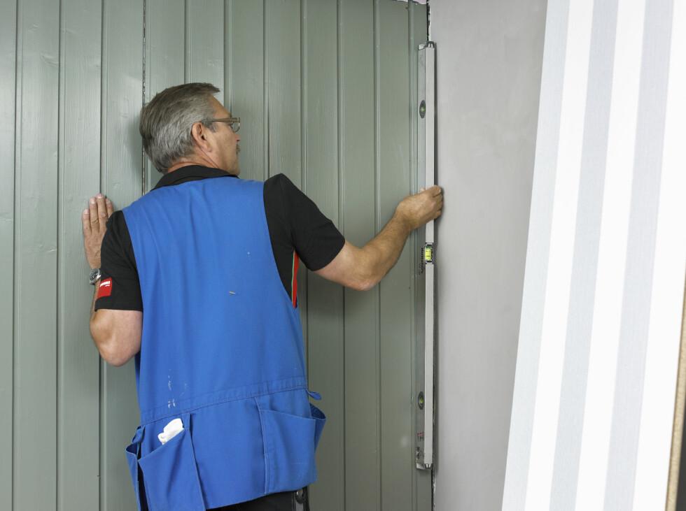 Undersøk veggen: Før du går i gang med monteringen sjekker du hjørner og veggflater for å sjekke om de er i lodd.   Foto: Frode Larsen/ifi.no og Byggma