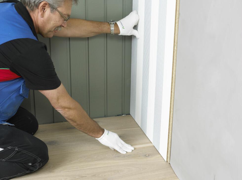 """Det er viktig at platen monteres med avstand på cirka fem millimeter til så vel tak som gulv. Både huset ditt og platene """"lever"""" og må ha en viss toleranse dersom temperatur eller fuktighet medfører endringer.   Foto: Frode Larsen/ifi.no og Byggma"""