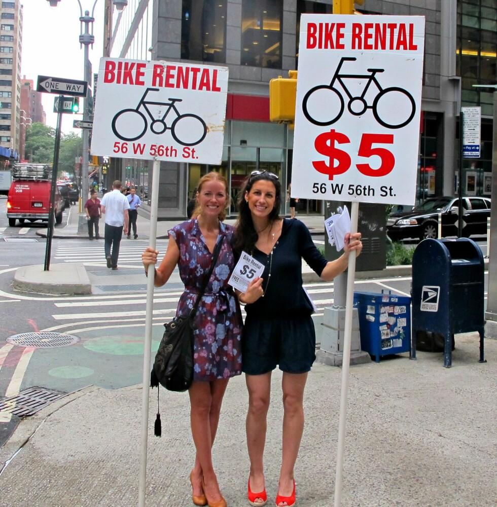 Annonseskilt-bærer for en dag. Foto: Privat/Hueno Solsona og Mayliss Blix