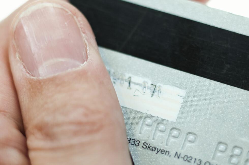 Svindlere kopierer informasjon om bankkortet ditt blant annet fra magnetstripen på kortet. Foto: Per Ervland