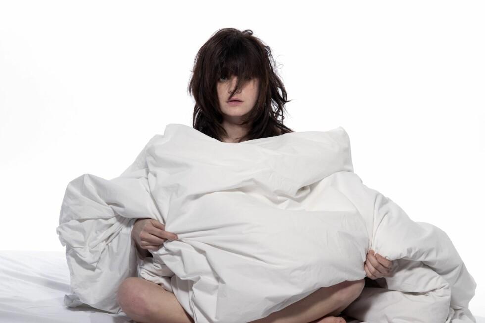 Vanskelig å sove? Det finnes smarte grep du kan ta på soverommet. Et av de enkleste er å bytte til tynnere dyne! Foto: Alloverpress