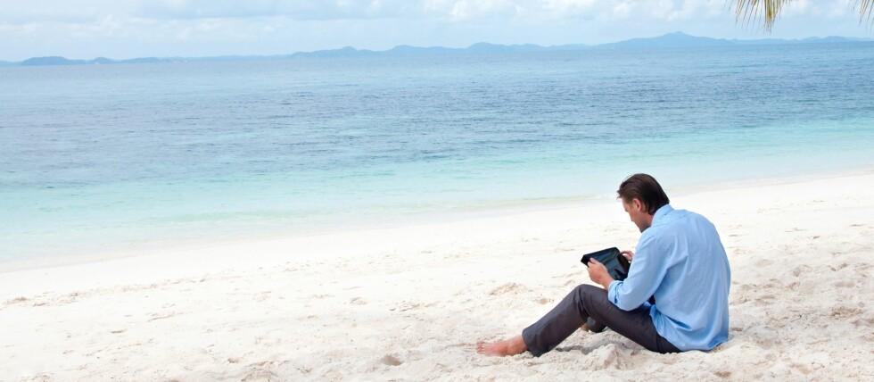 JOBBER OVERALT: Mange kan sitte på en strand på andre siden av kloden og fortsatt gjøre jobben sin. Og det ser det ut til at mange gjør.  Foto: All Over Press