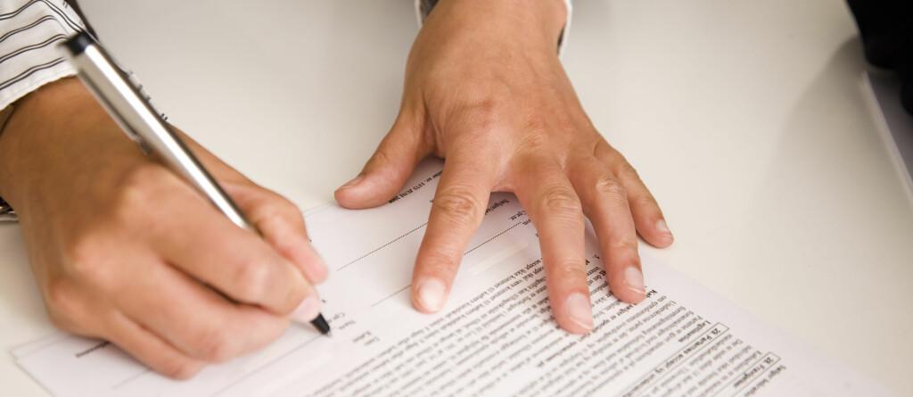 VENT LITT: Før du skriver under på kontrakten bør du ta en nøye gjennomgang av hva som står der.  Foto: Berit B. Njarga