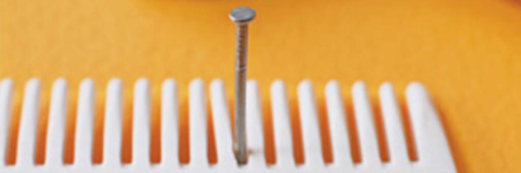 En kam kan brukes til så mangt, for eksempel til å holde en spiker før du svinger hammeren. Aldri mer verkende tommeltotter :) Foto: Alle foto: Ukjent opphav