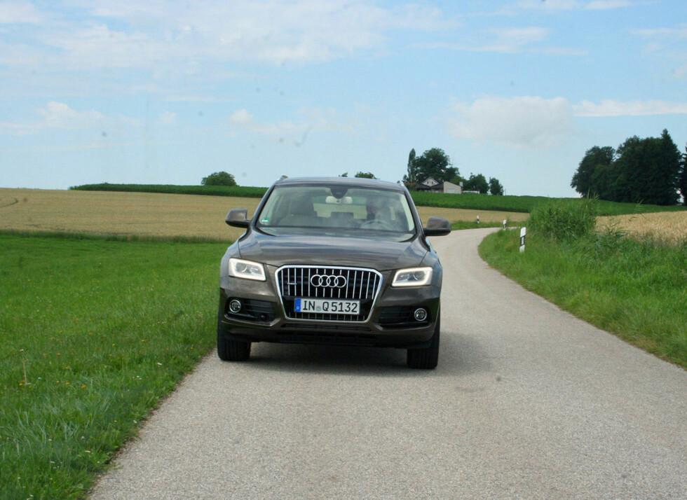 LED-lysstripe omkranser hovedlyktene hvis du velger xenonlys. Audi Q5 er ellers ikke generelt blitt radikalt endret utseendemessig, men den er blitt litt bedre på mye. Litt mer komfortabel, mer nøysom og samtidig noe sterkere enn tidligere. En vellykket fornyelse. Foto: Knut Moberg