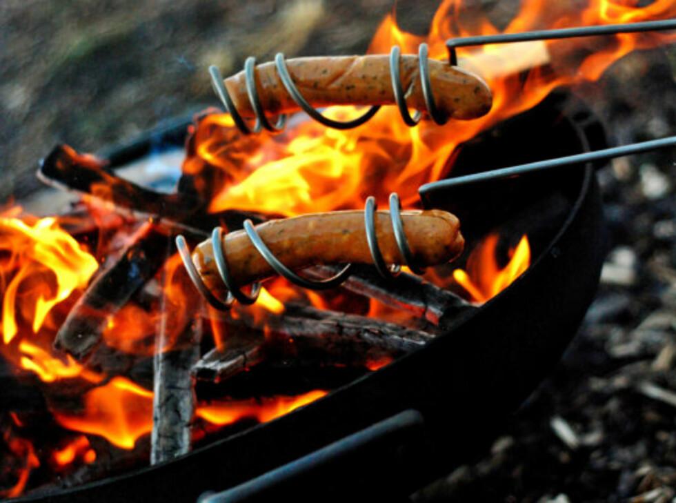 Aldri mer pølser i bålet? Her er fine grillpinner som gjør spikking overflødig. Foto: Produsenten