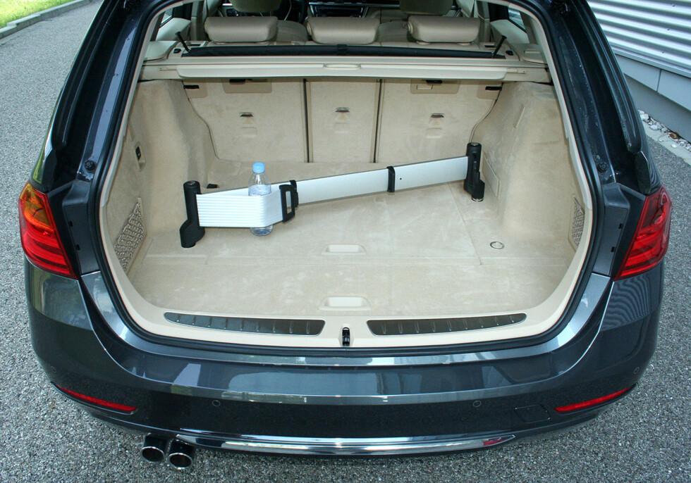 BMW 3-serie Touring har et relativt romslig bagasjerom som kan utstyres med alskens festeanordninger - som finner plass i et oppbevaringsrom under gulvet. Foto: Knut Moberg