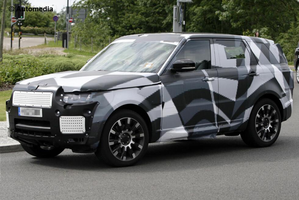 Denne forkledde tøffingen er ifølge våre spionfotografer fra Automedia nye Range Rover Sport, som kommer til neste år. Foto: Automedia