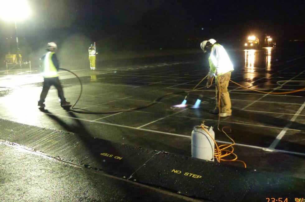 Avinor monterer nå et nytt sikkerhetssystem på enden av rullebanen på Kristiansand Lufthavn Kjevik. Foto: Avinor