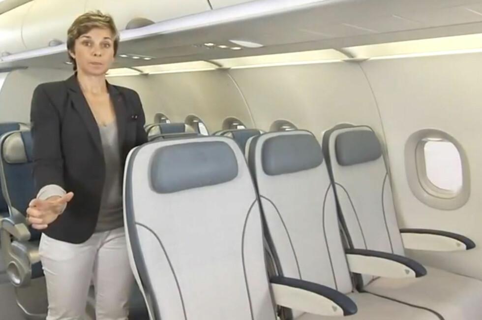 Sjef for markedsføring av interiør hos Airbus, Suzana Hrnkova, viser her frem den store lille forskjellen på den nye setekonfigurasjonen om bord A320.  Foto: Produsenten