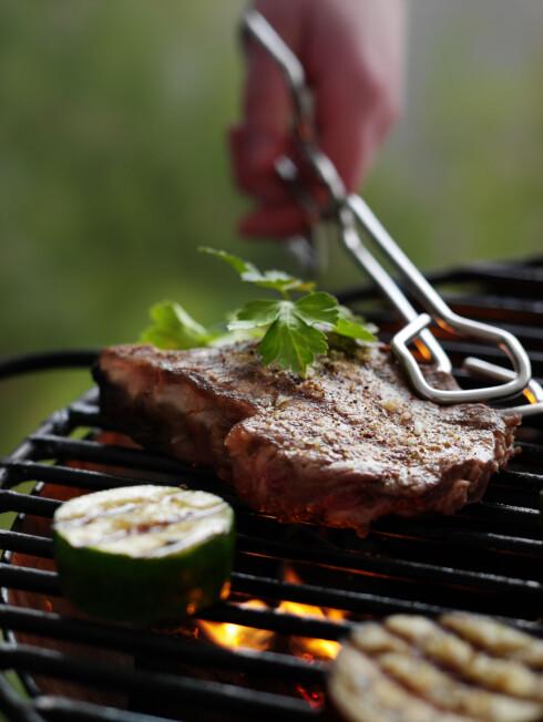 Bruk klype, ikke gaffel, så unngår du at kjøttsaften renner ut.  Foto: colourbox.com