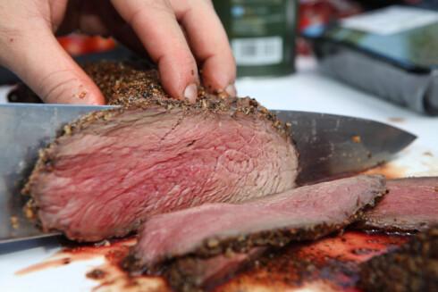 Kniv og skjærebrett skal være helt rent, før du skjærer opp det nygrillete kjøttet. Foto: MATPRAT